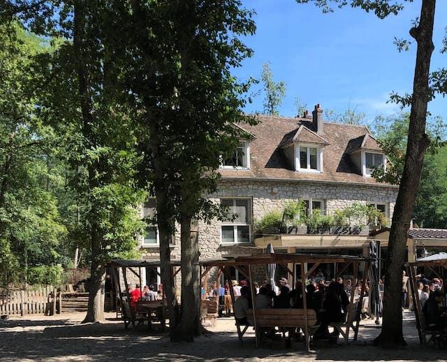 La terrasse de l'auberge de la Dame Jouanne en forêt de Fontainebleau / © Auberge de la Dame Jouanne