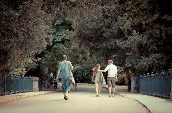 Des parcs aux rayons des supermarchés, l'art du dating à l'heure du Covid