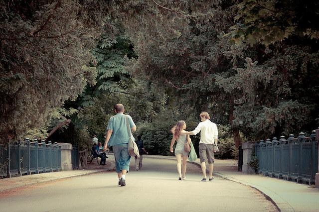 Amoureux dans les allées des Buttes-Chaumont à Paris / © Hurock24 (Creative commons / Flickr)