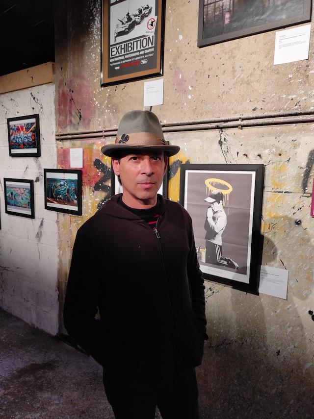 """François Berardino, dit """"Beru"""", qui présente à Grigny plus de 200 pièce de sa collection consacrée à Banksy / © Joséphine Lebard pour Enlarge your Paris"""
