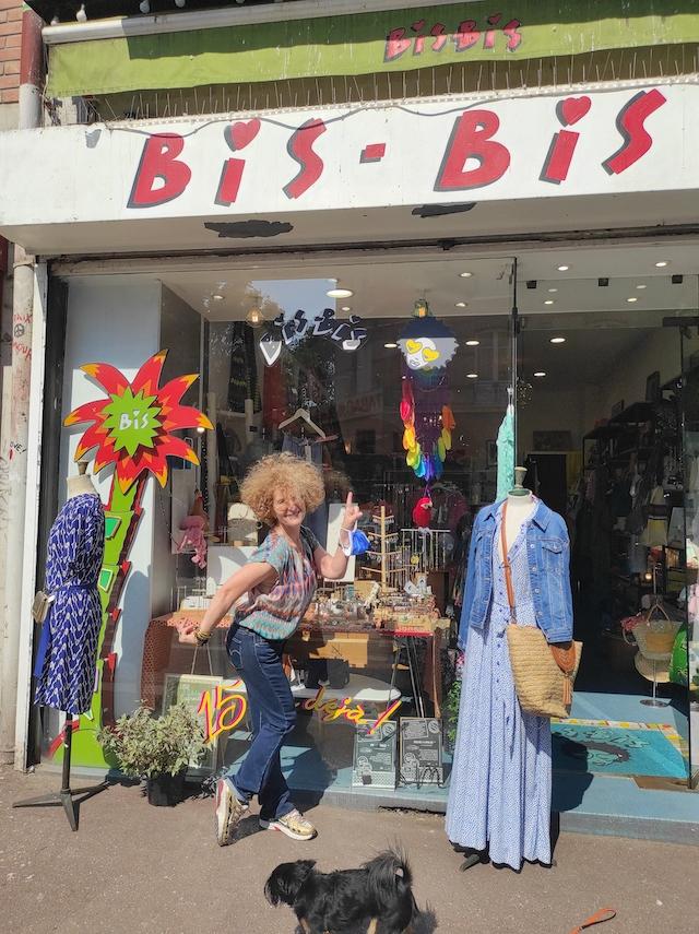 Carole Jacobson devant sa boutique de vêtements et d'accessoires Bis Bis au Pré-Saint-Gervais / © Joséphine Lebard pour Enlarge your Paris