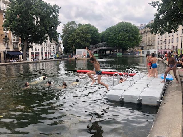 """Samedi 19 juin, les Parisiens ont pu plonger dans le canal Saint-Martin dans le cadre de l'opération """"Ménage ton canal"""" / © Steve Stillman pour Enlarge your Paris"""