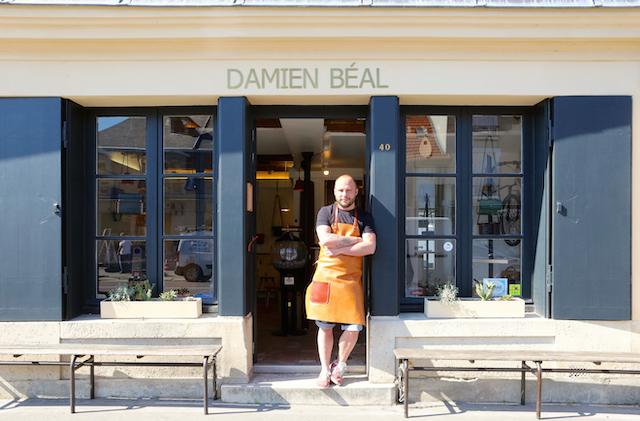 Artisan à Versailles, Damien Béal a choisi de travailler le cuir et le bois pour faire de la maroquinerie et du design / © Mélanie Rostagnat pour Enlarge your Paris