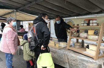 Gene Kelly et tomme de brebis au marché paysan de Noisy