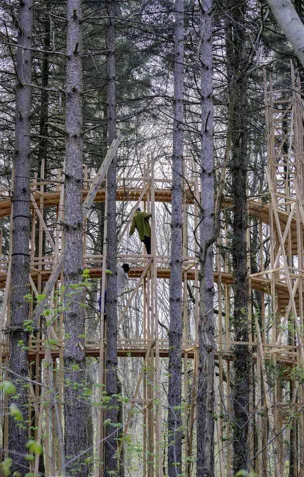 """La structure du spectacle """"En dessous, la forêt"""" a été imaginé par l'architecte Feda Wardak au milieu de la forêt de Bondy / © Natacha Gonzales"""