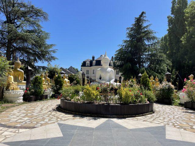 Le château de Lugny a été transformée en pagode par l'Association internationale thaïe des bouddhistes en France / © Anaïs Lerma pour Enlarge your Paris