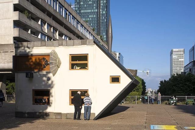 La Maison couchée, l'une des oeuvres exposées dans le cadre du festival Les Extatiques à La Défense / © Martin Argyroglo