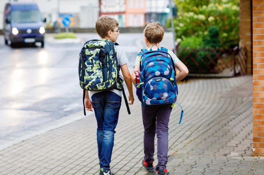 Enfants partant à l'école