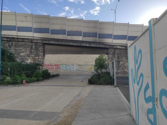 Le mur érigé le 27 septembre entre Paris et Pantin pour éviter la circulation des toxicomanes déplacés dans le square de La Villette / © Joséphine Lebard pour Enlarge your Paris