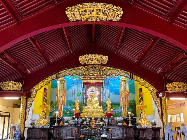 La grande salle de prières de la pagode d'Evry-Courcouronnes / © Anaïs Lerma pour Enlarge your Paris