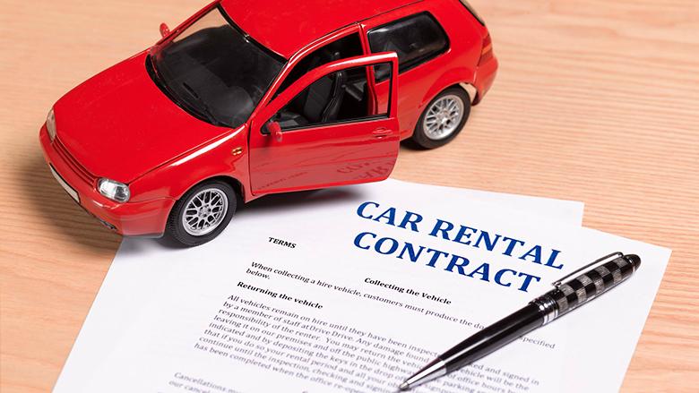 kiểm tra và đọc kỹ hợp đồng thuê xe
