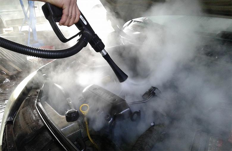 Lau khô khoang máy ô tô trước khi vệ sinh nước