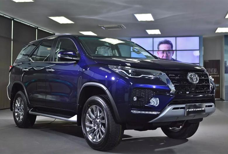 Đánh giá xe Toyota Fortuner 2021 : giá lăn bánh & khuyến mãi (09/2020) - 1