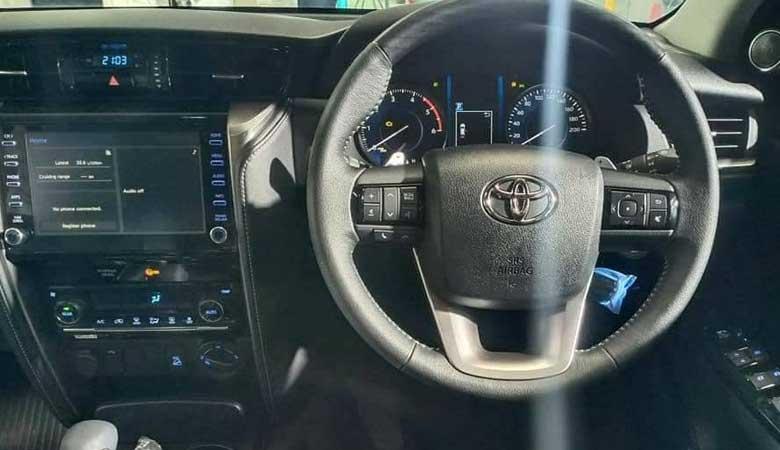 đánh giá phần vô lăng xe Toyota Fortuner 2021