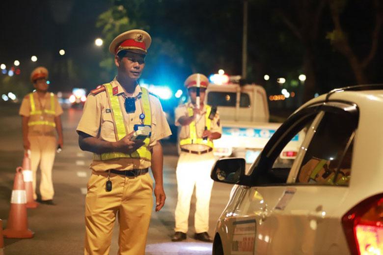 Theo quy định mới từ Bộ Công An: CSGT được thổi dừng xe trong trường hợp nào?