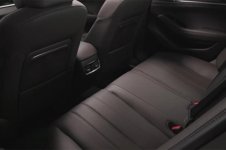 Khoang hành khách Mazda 6 2021