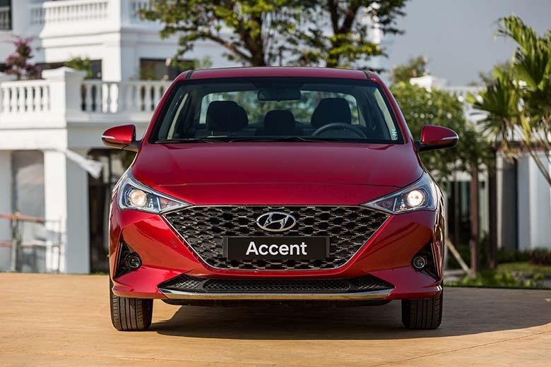 Đầu xe Hyundai Accent nổi bật với tản nhiệt phối lưới bên trong