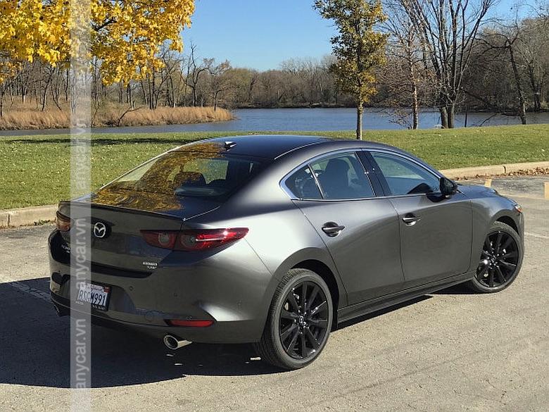 Thân xe Mazda 3 Sedan thanh lịch và sang trọng hơn so với bản Sport