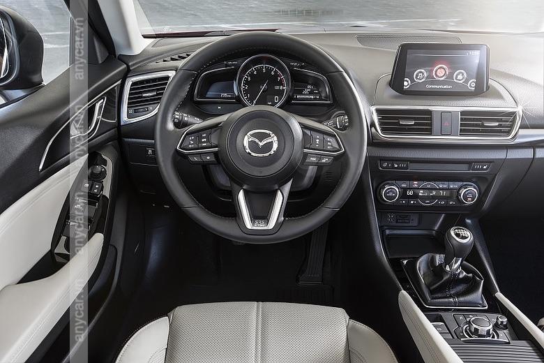 Vô lăng 3 chấu bọc da và màn hình cảm ứng trên Mazda 3 Sedan 2021