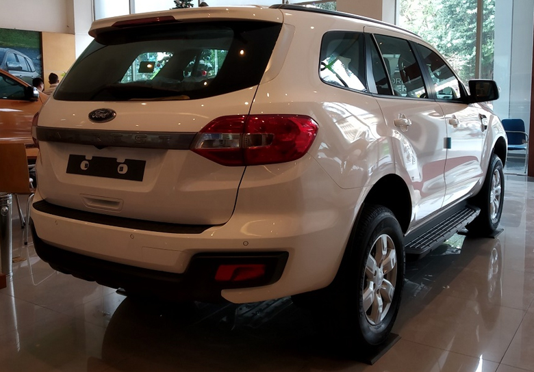 Đuôi xe Ford Everest Ambiente