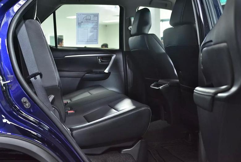 Khoang hành khách của Toyota Fortuner máy xăng