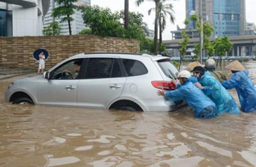 xe bị chết máy trong vùng ngập nước