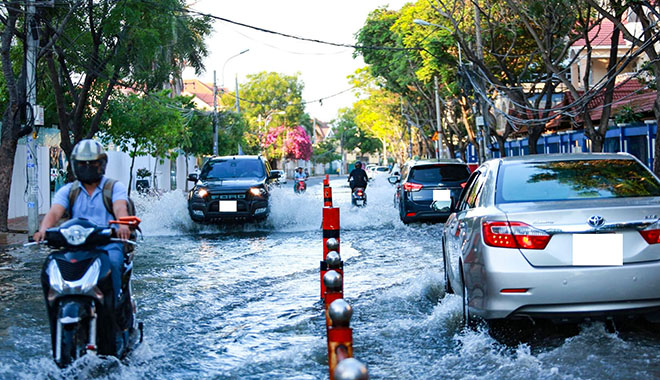 Dù gần thoát khỏi vùng ngập cũng tránh tăng ga đột ngột, hãy cẩn trọng tăng ga từ từ.