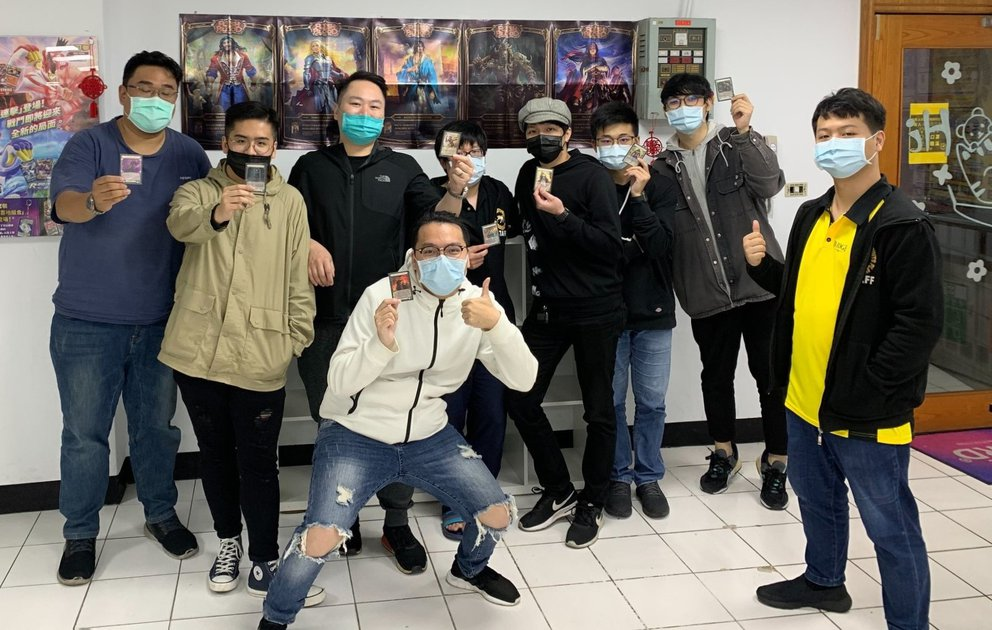 A photo of the Top 8 players at Cat Footprints Zhongli (all eight players are wearing masks, and holding up their prize cards)