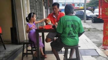 dad-and-daughter-feeds-stranger