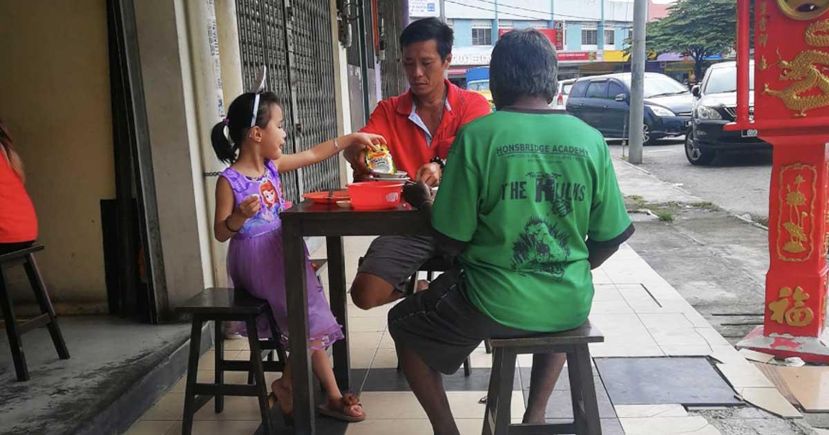 dad-and-daughter-feeds-stranger