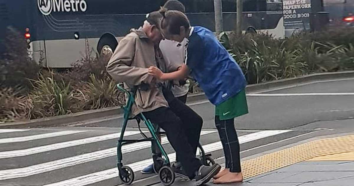 two-auckland-boys-helps-elderly-man