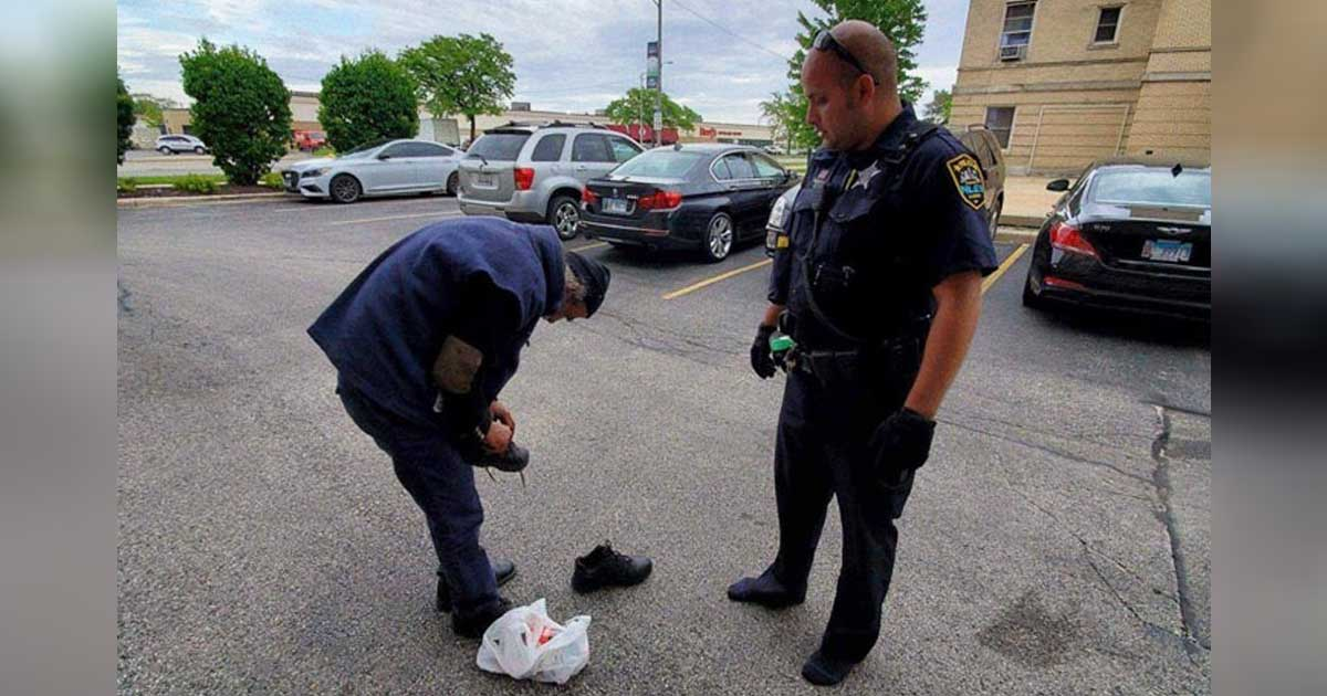 officer-gives-shoes-homeless