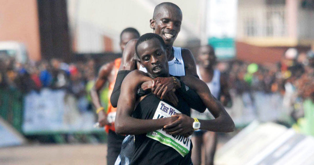 Kenyan-runner-helps-opponent