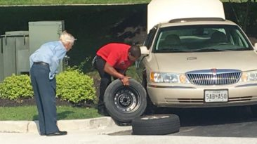 chick-fil-a-manager-helps-elderly-man-flatten-tire