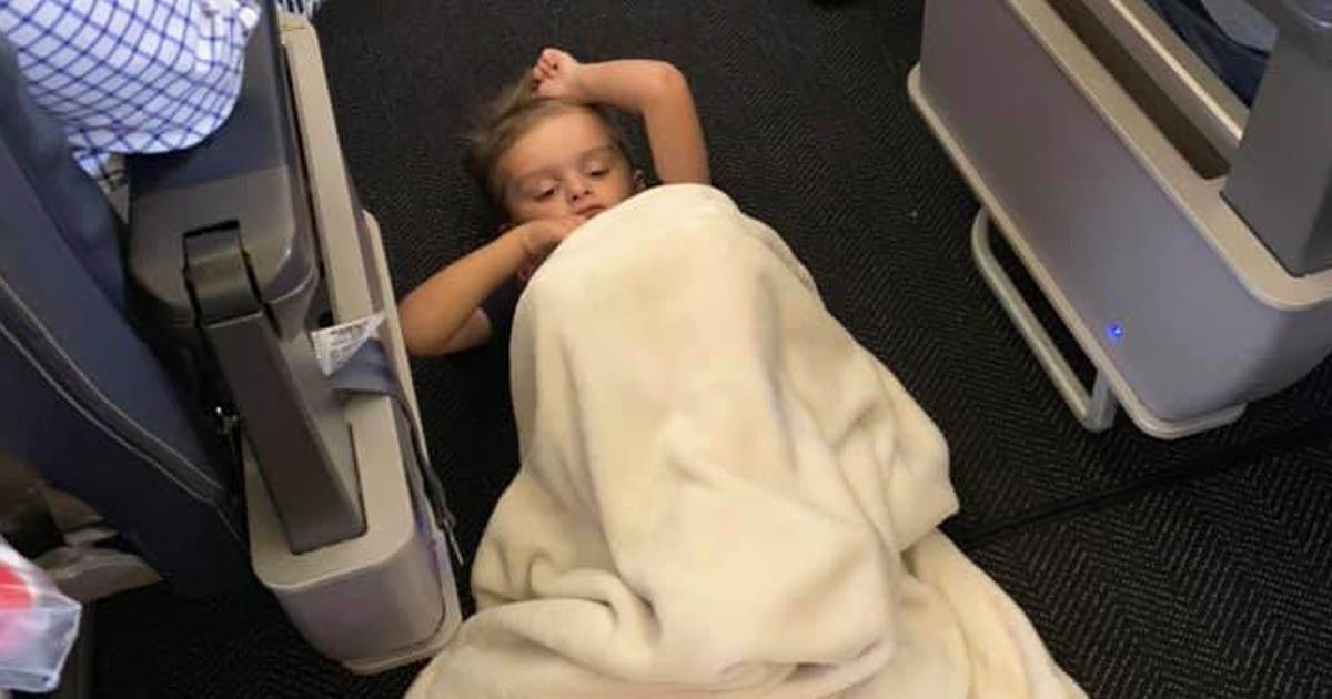united-airlines-flight-crew-comforts-autistic-boy