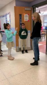 kids-greets-deaf-teacher-using-sign-7