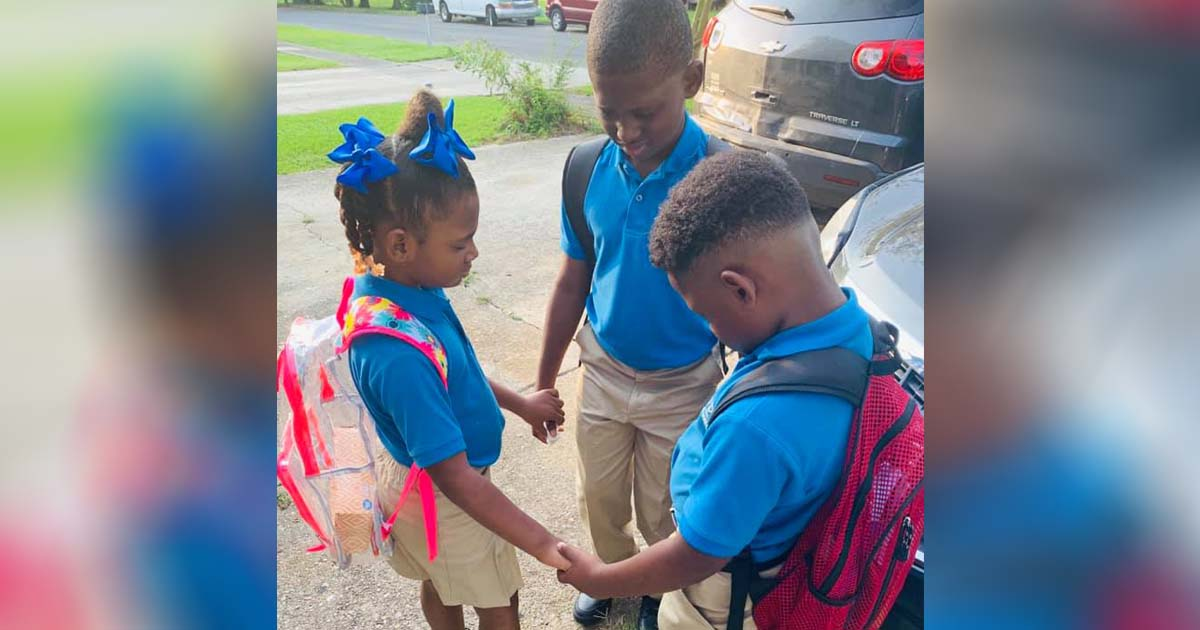 kids-praying-before-school