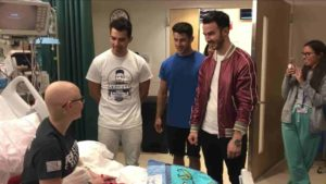 Jonas-Brothers-surprises-fan-battling-cancer-2