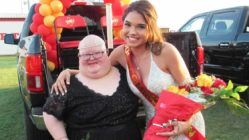 Homecoming-queen-gives-crown-to-classmate-with-down-syndrome