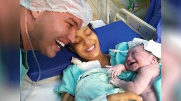 newborn-smiles-at-dad