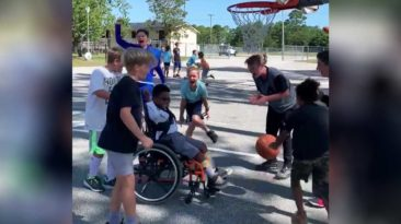 students-cheers-special-needs-classmate-basketball-game
