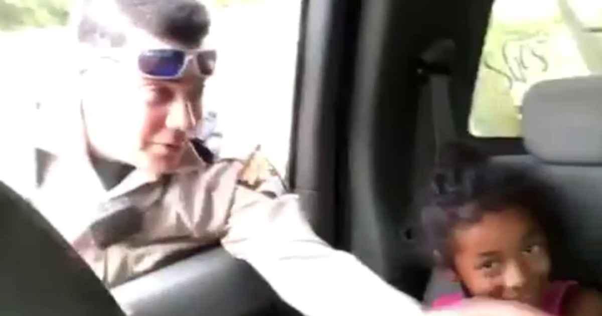 police-officer-prays-for-children