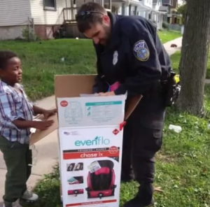 police-officer-buys-children-car-seats-3