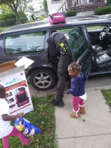 police-officer-buys-children-car-seats-2