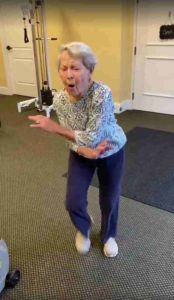 elderly-woman-dancing-end-of-therapy-3