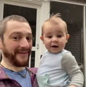 baby-sees-snow-for-first-time-3