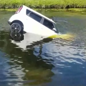 man-saves-woman-from-sinking-car-2