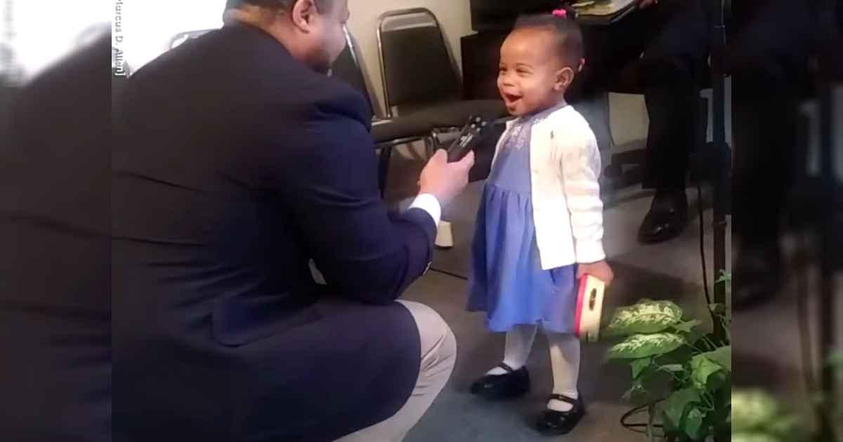 little-girl-sings-at-church-ariana-allen