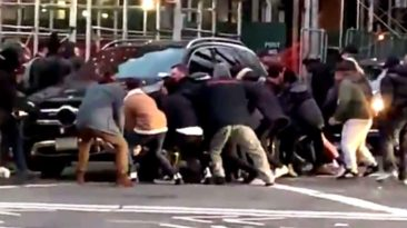 strangers-save-woman-under-suv