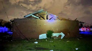 nashville-church-worship-after-tornado